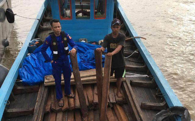 Petugas Amankan Kapal Bawa Kayu Ilegal