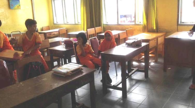 Sekolah favorit di Kota Jambi itu mencuat ke publik. Bukan karena prestasi, tapi karena kekurangan bangku. Dikabarkan, orang tua siswa malah menyumbangkan bangku di SDN 47 Kota Jambi. Foto : para siswa SD
