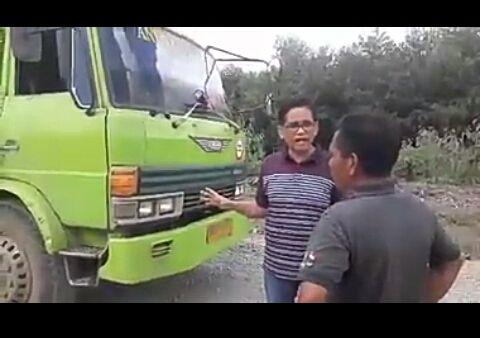 Laju kendaraan fuso dengan terpal tertutup, dihentikan anggota DPR RI, Bakri. Aksi wakil rakyat Jambi di parlemen itu, mendapat pujian netizen