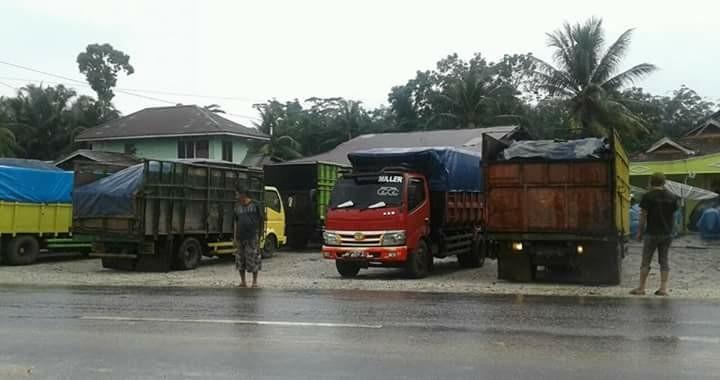 Sopir batubara keluhkan jalan diblokir.Mereka menilai, tindakan yang dilakukan oleh masyarakat dan Lembaga Swadaya Masyarakat (LSM) dinilai tak adil.