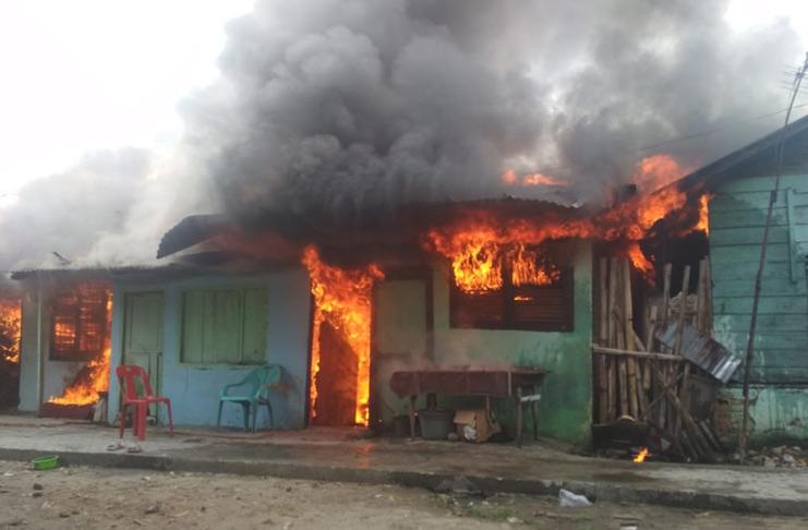 MERANGIN - Zakaria (60), warga Kelurahan Pematang Kandis, RT 11, sepertinya harus lebih menguatkan diri dalam bersabar. Tidak ada korban jiwa dalam peristiwa ini. Foto : net