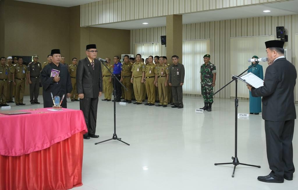 Bupati Merangin Al Haris mengambil sumpah jabatan dan melantik Hendri Maidalef, Senin (19/11/18) minta evaluasi kinerja pejabat.