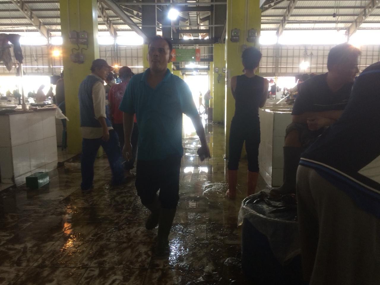 DINAMIKA JAMBI Beberapa hari mulai beraktivitas pasar angso duo yang baru sudah tergenang air. Selain itu, airnya pun tidak lancar.