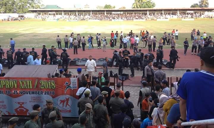 Dikalahkan Kota Jambi lewat adu pinalti, tim sepak bola Kabupaten Merangin gagal lolos ke Final di Porprov XXII Jambi. Miswari dan kawan-kawan tersimpuh, sambil meneteskan air mata usai pertandingan.