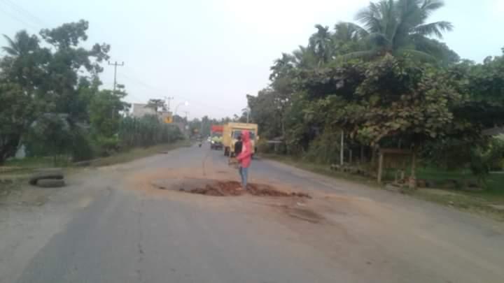 Protes buruknya jalan nasional, ruas Batanghari-Jambi terus bermunculan. Salah satunya, Evi Suherman, Ketua DPW PPP Provinsi Jambi yang menyebutkan bahayannya akses jalan tersebut. Foto : Salah satu titik jalan rusak di Batanghari.