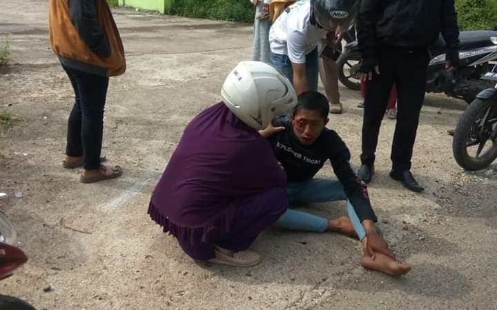 Jalan baru Simpang MAN Kelurahan Teratai, Muara Bulian, Jumat (5/4/2019) rusak. Kerusakan itu membuat 2 remaja tersungkur lantaran lubang terlalu banyak. Salah satu remaja dibantu warga, tampak kesakitan