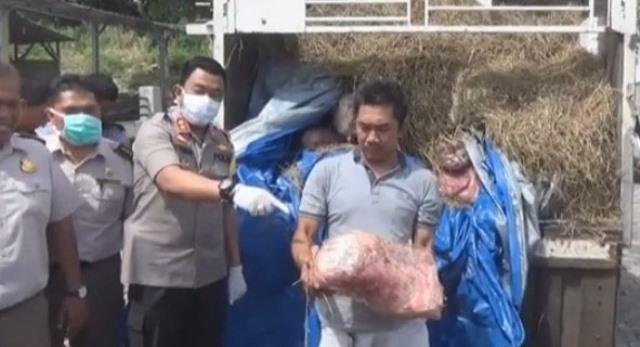 petugas kepolisian saat menangkap tersangka dan barang bukti, Selasa (30/04) di Lampung. Foto : Antara