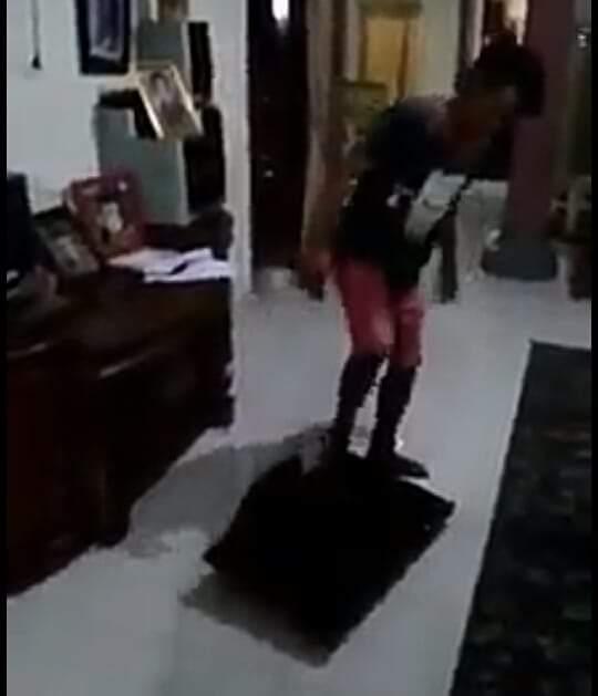 Kecewa Pilpres, warga nekat banting tv. Rekaman video aksi tersebut, viral di media sosial Rabu (17/04/2019) usai Pemilihan Umum 2019