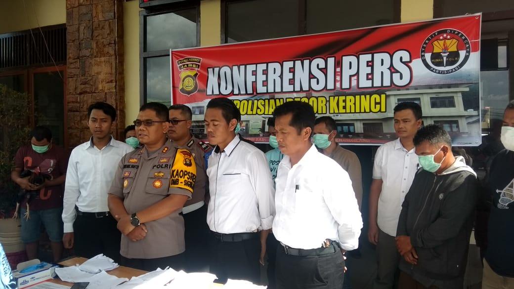 Kapolres Kerinci, AKBO Dwi Mulyanto, Senin (17/6/2019) memaparkan penangkapan judi sabung ayam. Ada 11 orang tertangkap dengan BB uang belasan juta dan 4 mobil serta 67 motor.