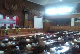 Pada agenda Rapat Paripurna DPRD Provinsi Jambi sepi, Selasa (25/6) tampak hampir sebagian kursi anggota dewan tak terisi alias kosong.