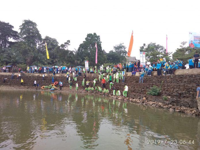 Gubernur tinjau Danau Sipin, Selasa (23/08/2019) bersama para pelajar yang turun bergotong royong