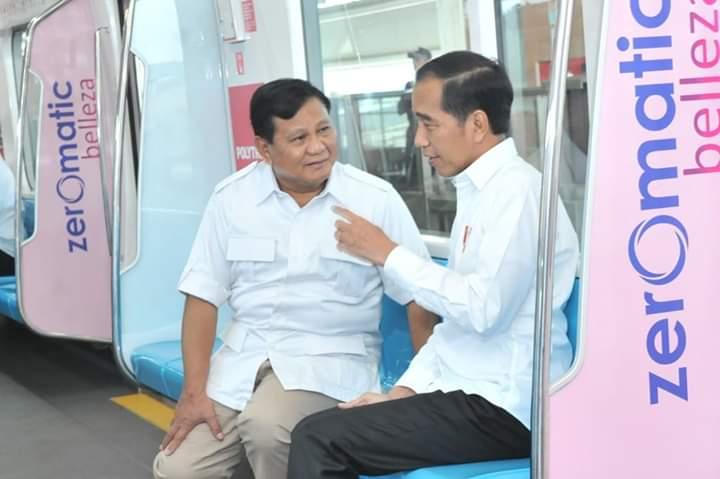 Djokas Djo, Direktur Relawan TKD Jokowi-Ma'ruf Provinsi Jambi pada Dinamikajambi.com, Sabtu (13/07/2019) mengungkapkan jika Prabowo sebaiknya sebagai oposisi. Foto : Jokowi dan Prabowo di MRT, Sabtu (13/07/2019) Dok Sek kab.