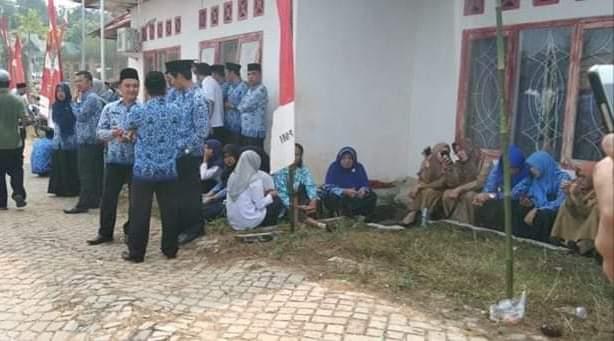 Sejumlah foto para ASN di Kabupaten Sarolangun tak mengikuti upacara, membuat geram. Tak hanya itu, para ASN juga nongkrong di kantin saat upacara HUT ke 74 RI, Sabtu (17/08/2019).