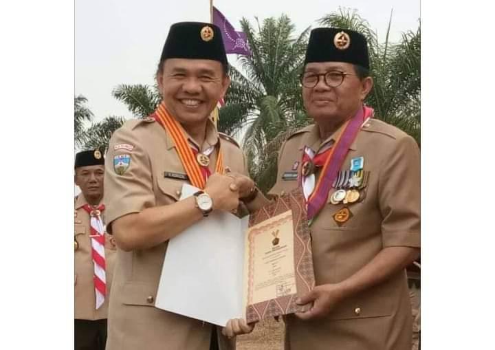 Bupati Adirozal menerima langsung penghargaan dari Gubernur Jambi, Fachrori Umar, Rabu (21/08/2019) atas kepedulian pada Pramuka.