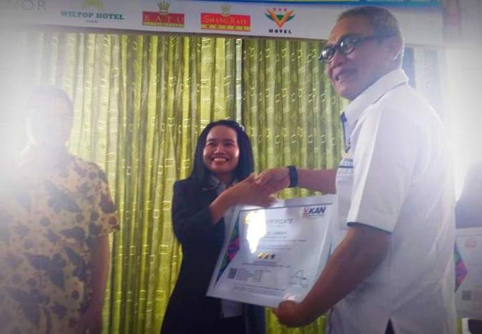 Saat Ketua PHRI Jambi serahkan sertifikat, Selasa (20/08/2019) di salah satu hotel di Kota Jambi. Foto : DinamikaJambi.com