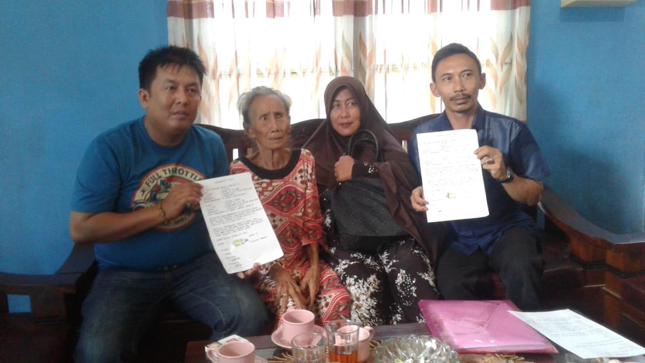 Ketua LPK NI, Kurniadi Hidayat bersama konsumen dan mantan Debcollector, Kamis (8/8/2019) di Kota Jambi. Sebelumnya, LPK NI melaporkan penarikan unit ini ke Polresta Jambi.