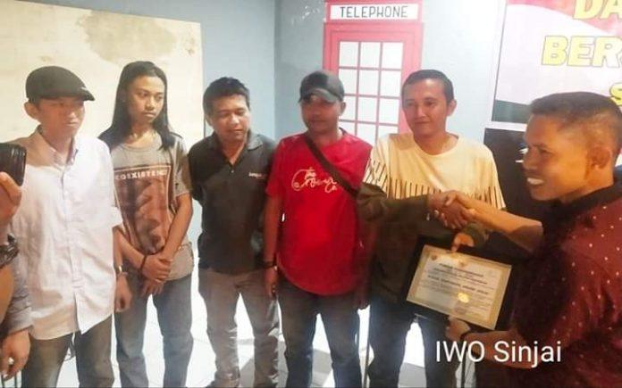 Ketua IWO Sinjai, Provinsi Sulsel menerima penghargaan dari Dandim atas kontribusi untuk TMMD Ke 105.