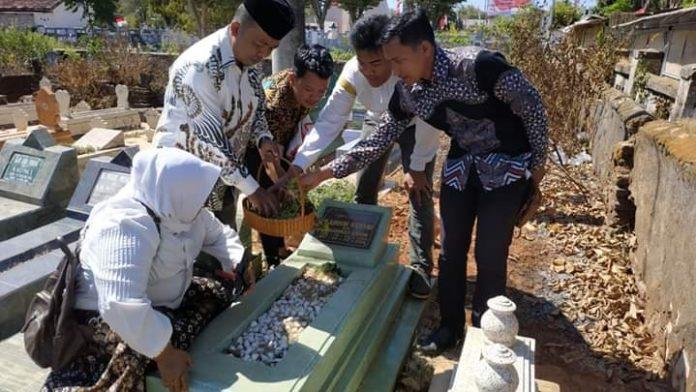 IWO Sumenep ziarah makam, Sabtu (17/08/2019) menyambut HUT ke 7 IWO dan HUT ke 74 RI