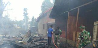Kebakaran Kamis (22/08/2019) pagi di Desa Tanjung, Kecamatan Batin VIII, Kabupaten Sarolangun, menghanguskan 2 unit rumah. Salah satunya habis, rata dengan tanah. Petugas Damkar tampak menyiramkan api dari 2 unit mobil yang dikerahkan.