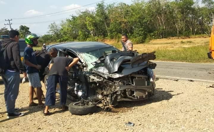 Kecelakaan di Jalan Lintas Sumatera, Kecamatan Pamenang, Senin (19/08/2019) sekitar pukul 15.15 Wib membuat remuk Toyota Agya yang diketahui milik warga Pematang Kandis, Bangko.