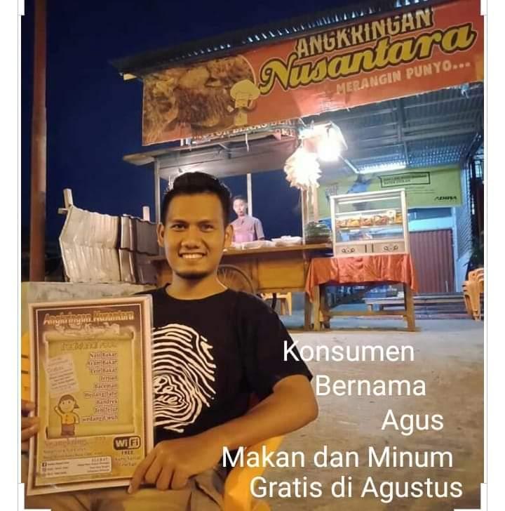 Warga Merangin yang bernama Agus mendapatkan makan dan minum gratis di Angkringan Nusantara, Rabu (14/08/2019) malam.