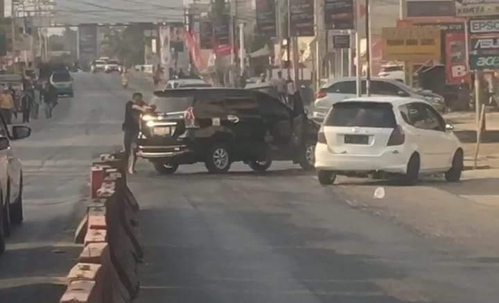 Bak laga film, polisi dan kelompok tersangka curas di depan Polsek,Lampung Tengah, Minggu (4/8) sore. Vide polisi baku tembak pun viral