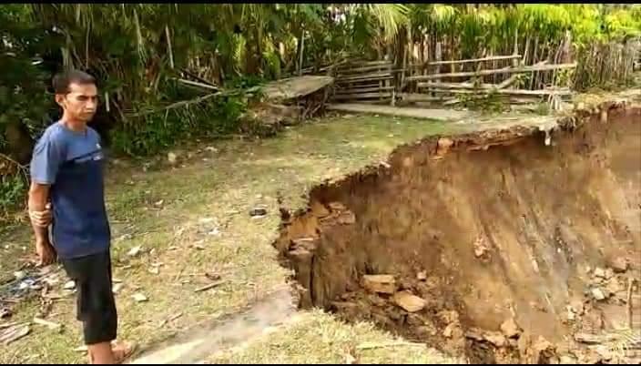 Tebing desa di Sekernan, Kabupaten Muaro Jambi amblas di musim kemarau. Akibatnya, longsor memutus akses jalan warga, Kamis (8/8/2019)