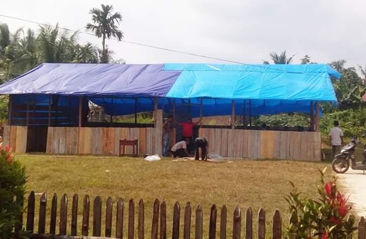 Kekurangan ruang belajar, wali murid di SDN 310/VI Tunggul Bulin, Tabir Ilir, Merangin, bangun kelas darurat. Foto : Istimewa