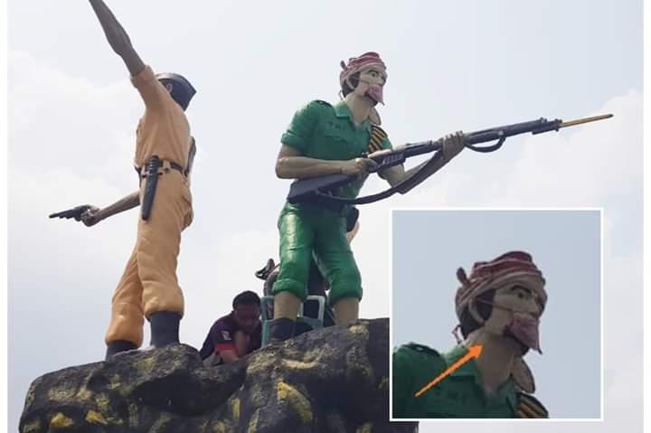 Protes kabut asap, pemuda di Kabupaten Muaro Jambi, Provinsi Jambi memasang masker pada patung di Tugu Simpang III Sekernan, Sabtu (17/08/2019). Kebakaran lahan belakangan ini berdampak luas di Muaro Jambi dan Kota Jambi. Foto : Patung Pahlawan