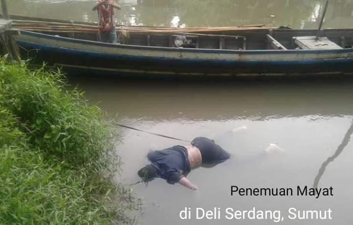 Mayat mengambang di Sungai Denai, Kecamatan Sei Percut Tuan, Deli Serdang, Rabu (28/08/2019) terungkap. Dikabarkan tewas usai melarikan diri dari pengerebekan judi. Foto : Mayat mengambang