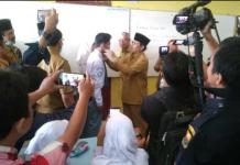 Gubernur Jambi, Fachrori Umar turun ke sekolah-sekolah, Senin (19/08/2019). Ia membagikan masker pada siswa terkait kabut asap yang melanda Jambi