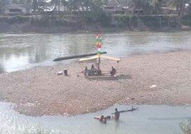 Surutnya aliran Sungai Merangin, seolah dijadikan pantai oleh warga. Namun isu Hantu Ayek, mahluk halus oleh warga setempat, membuat Dusun Pulau RT 03, Kelurahan Pamenang, Kecamatan Pamenang mendadak sepi, Jumat (23/08/2019). Foto : Juli Aprianto