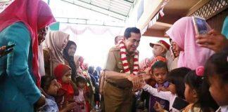 Wako AJB menyalami anak-anak yang menyambutnya dengan tarian.