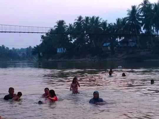 Warga berenang riang bak kolam renang di Dusun Pulau, Kelurahan Pamenang, Kecamatan Pamenang, Kabupaten Merangin sebelum isu datang. Foto : Juli