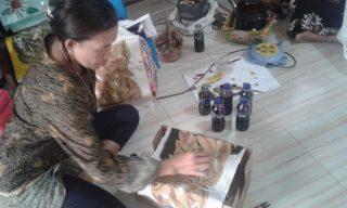 Tinah, Ketua Kelompok Rumah Batik Sipin Jajaran saat memberikan warna batik. Binaan CSR Pertamina ini memproduksi batik cap dan batik tulis berbahan alami.