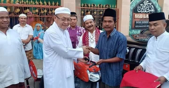 Program Subuh Berjamaah ke 214, Bupati datang ke Desa Lubuk Sayak, Kecamatan Pelawan. Bupati menyerahkan 2 alat pertanian.