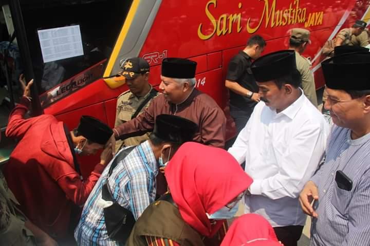 Kepulangan jamaah haji asal Tanjabbar, Minggu (08/09/2019) disambut langsung Bupati dan Wakil Bupati serta unsur Forkopimda. Kloter 22 dengan 4 bus Sari Mustika disambut di Alun-alun Kota Kuala Tungkal.
