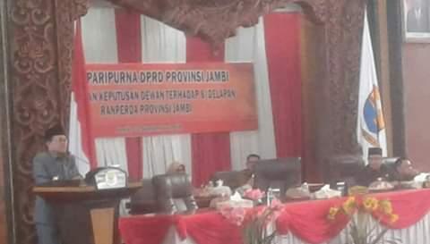 Saat menyampaikan pidato, Gubernur Jambi, Fachrori Umar terisak lalu menangis dalam paripurna DPRD Provinsi Jambi, Senin (02/09/2019) siang.