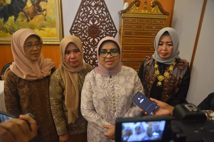 Persiapan Kriya Nusantara Tingkat Nasional diharapkan Ketua Dekranasda, Hj Rahima Fachrori untuk kompak. Hal ini disampaikannya, saat membuka rapat Harian Persiapan Program Kerja Harian di Rumah Dinas Gubernur, Selasa (03/09/2019)