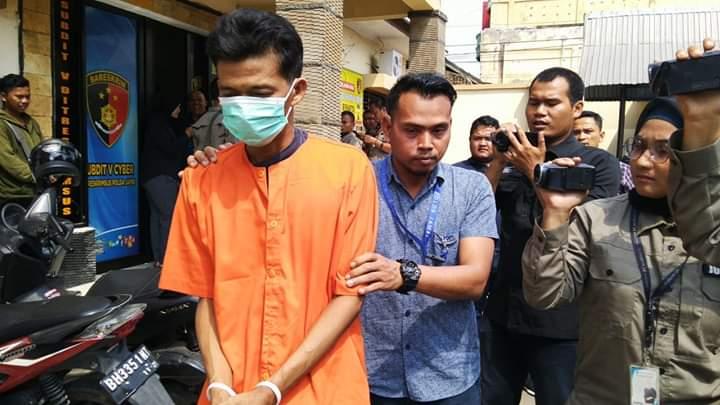 AM, warga Jelutung, Kota Jambi saat dibawa pihak kepolisian Jambi, Kamis (06/09/2019)