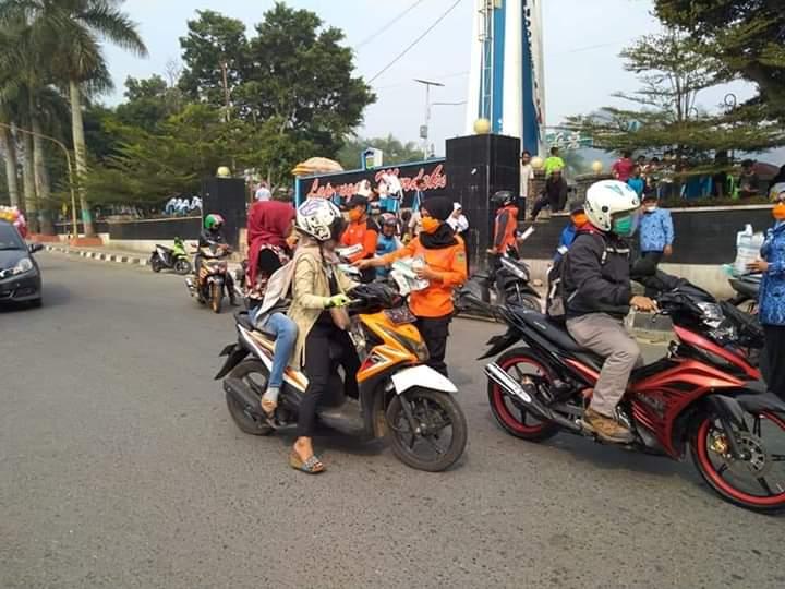 Asap Semakin Tebal, PMI Bersama Pemkot Sungai Penuh Bagikan Masker ke Pengendara, Selasa (16/09/2019) di Lapangan Merdeka Sungai Penuh.