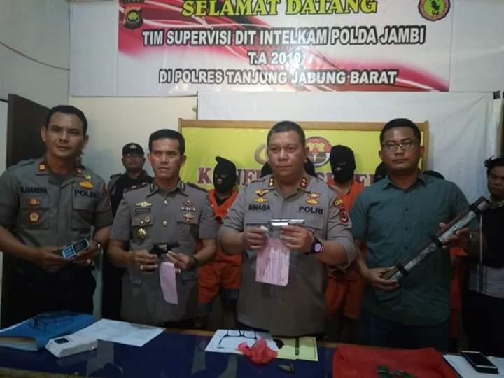 7 Dari 8 Rampok Spesialis Sarang Walet Dibekuk Polisi, 1 DPO. Kapolres Tanjabbar, AKBP ADG Sinaga S.iK saat memberikan keterangan di konfrensi pers