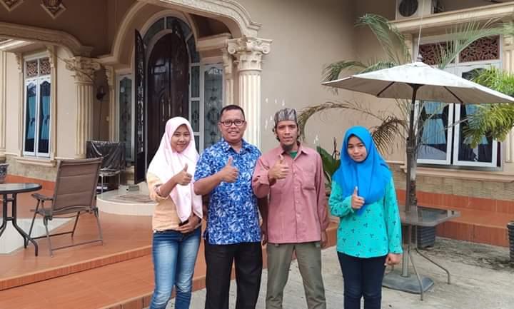 Dewan Provinsi Kembalikan 3 Siswi SMAN 8 Merangin. Tampak Izhar Majid bersama 2 siswi dan orang tuanya di kediaman politisi Hanura itu, Jumat (20/09/2019) sore. Foto : Hasbi