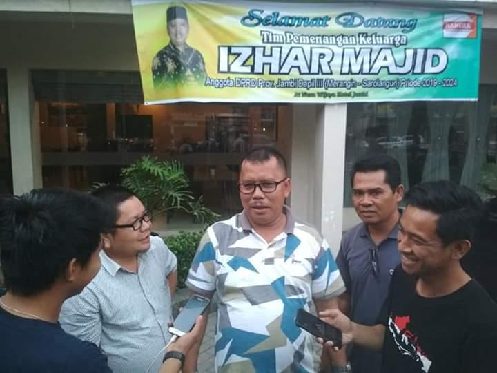 Heboh ucapan selamat pelantikan Izhar Majid yang dibanjiri papan ucapan. Izhar yang yang kerap disapa Montok itu mengaku kaget saat menjawab awak media, Minggu (08/09/2019) sore di Hotel Nusa Wijaya.