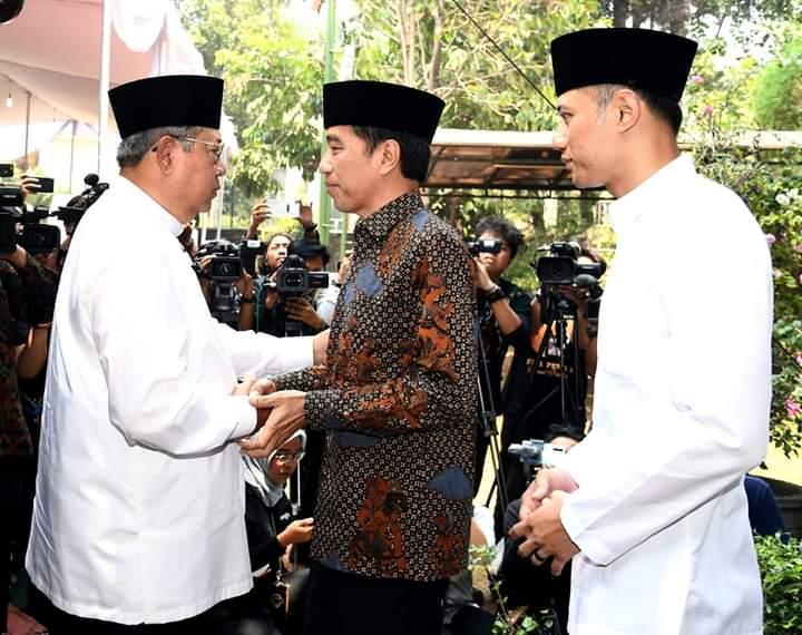 Megawati Soekarnoputri belum melayat ke Puri Cikeas, Bogor. Hasto Kristanto menyebutkan halangan yang membuat Ketua Umum PDIP itu belum melayat ibunda SBY yang wafat pada Jumat (30/08/2019). Foto : Jokowi dan SBY bersama AHY