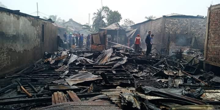 Kebakaran kembali melanda Kuala Tungkal, Tanjung Jabung Barat, Kamis (12/09/2019) siang. 18 rumah habis terbakar pada peristiwa ini. Bupati Safrial, tampak turun langsung ke lokasi di Kelurahan Tungkal Harapan, Kecamatan Tungkal Ilir