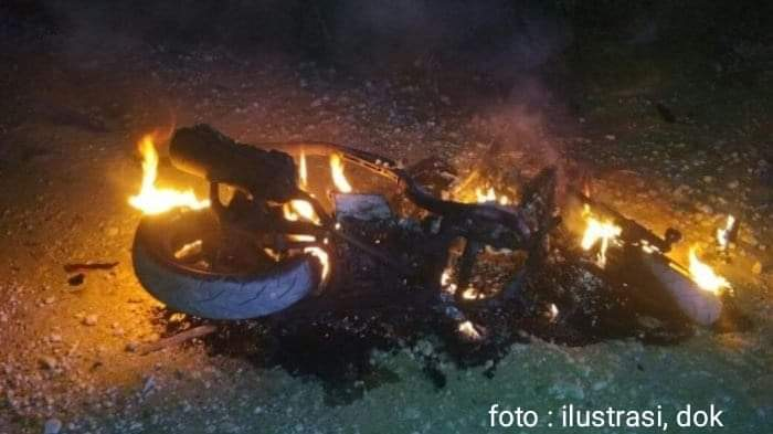 Kejadian dinihari itu mengagetkan warga. Diduga soal asmara, motor Rusmanto dibakar pacarnya, Sabtu (07/09/2019)