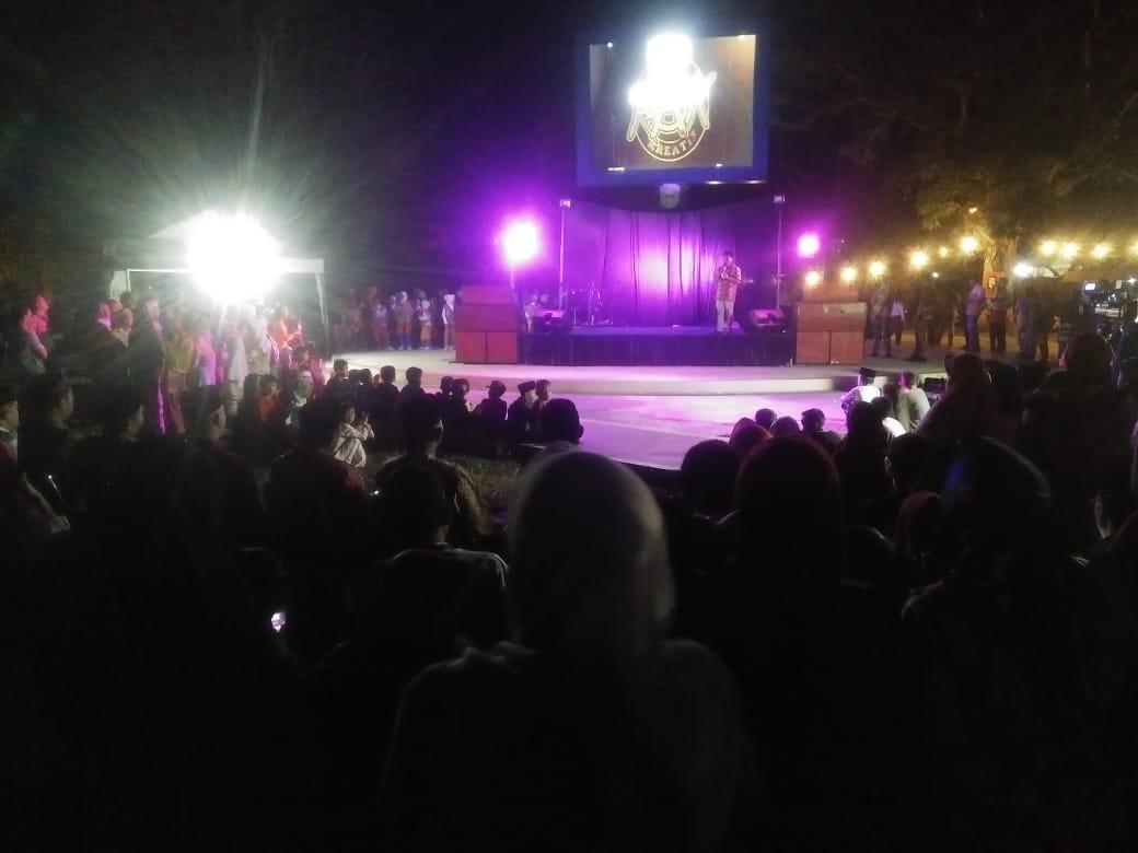 Komunitas RAK di Sarolangun mengelar pentas sosial untuk mengalang dana pengobatan Revi dan Hakam. Foto : Panggung nyanyi yang digelar di Kawasan Ancol Sarolangun, September 2019