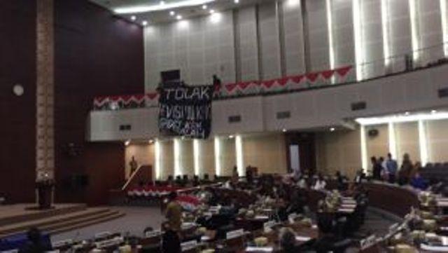Aksi penolakan revisi UU KPK menjalar ke Sumatera Utara, Senin (09/09/2019) dimana 3 pemuda nekat memasang spanduk di DPRD Sumut. Akibatnya, paripurna jadi heboh.