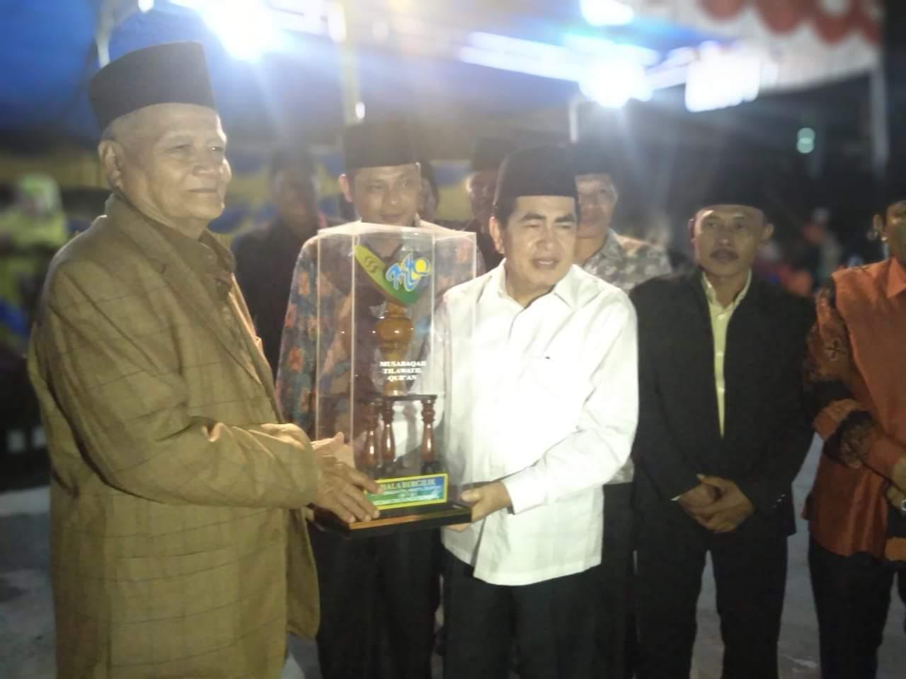 Walikota Sungai Penuh H. Asafri Jaya Bakri (AJB) menyerahkan hadiah saat penutupan, Rabu (04/9/2019) secara resmi menutup Musawaqoh Tilawatil Qur'an (MTQ) ke VII Tingkat Kecamatan Sungai Bungkal, Kota Sungai Penuh